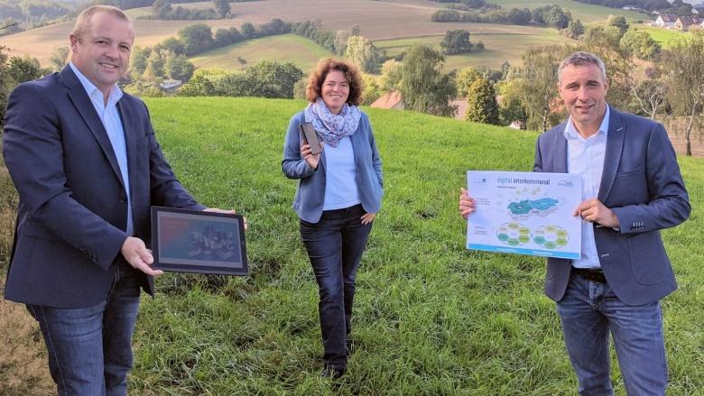 Kalletals Bürgermeister Mario Hecker, Bundestagsabgeordnete Kerstin Vieregge und Dirk Tolkemitt, Beigeordneter der Stadt Lemgo, freuen sich über den Zuschlag des Bundesinnenministeriums