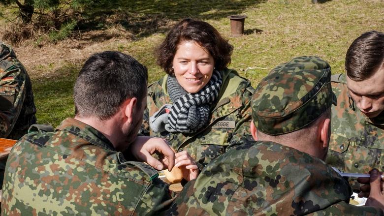 Kerstin Vieregge MdB im Gespräch mit Soldaten in Augustdorf