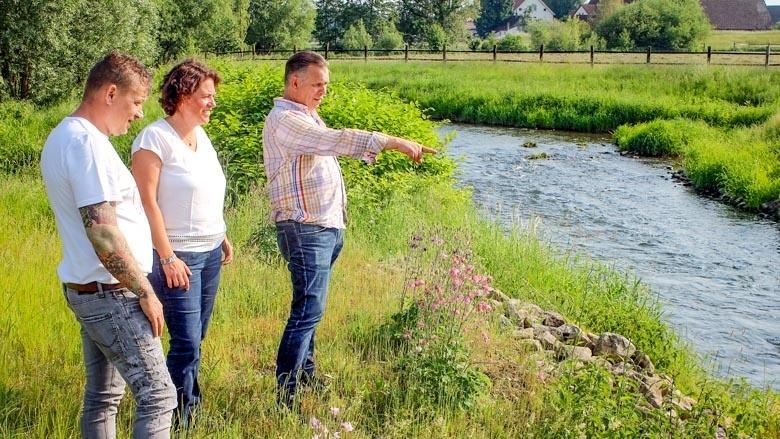 Kerstin Vieregge lässt sich von Axel Straube (links) und Mirko Guretzky (rechts) die Pläne zum Erhalt der Bachforelle in Lippe erläutern.