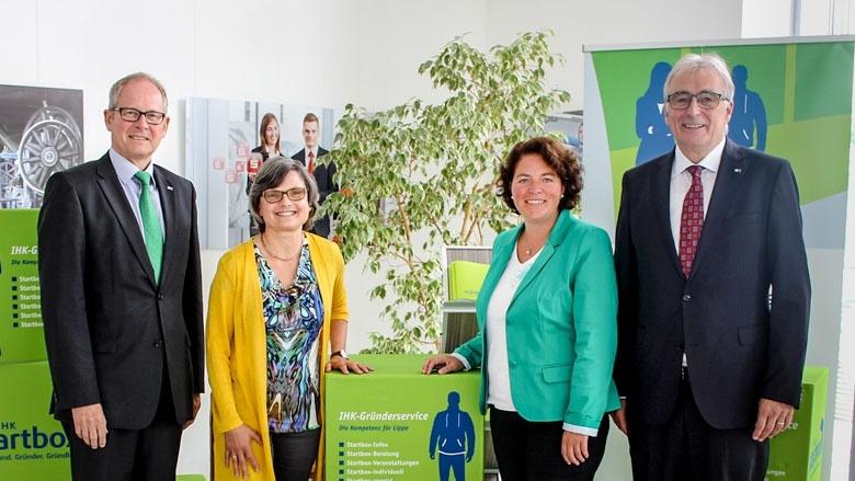Präsident Volker Steinbach, Hauptgeschäftsführer Axel Martens und Geschäftsführerin Maria Klaas begrüßten die lippische Bundestagsabgeordnete Kerstin Vieregge in den Räumen der IHK Detmold.