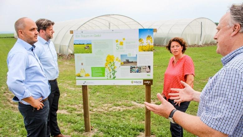 """Bundestagsabgeordnete Kerstin Vieregge lässt sich von Dr. Markus Baier, Dr. Thomas Räder und Peter Hefner den Radweg """"Nachhaltige Landwirtschaft"""" rund um die Domäne Biemsen erläutern."""