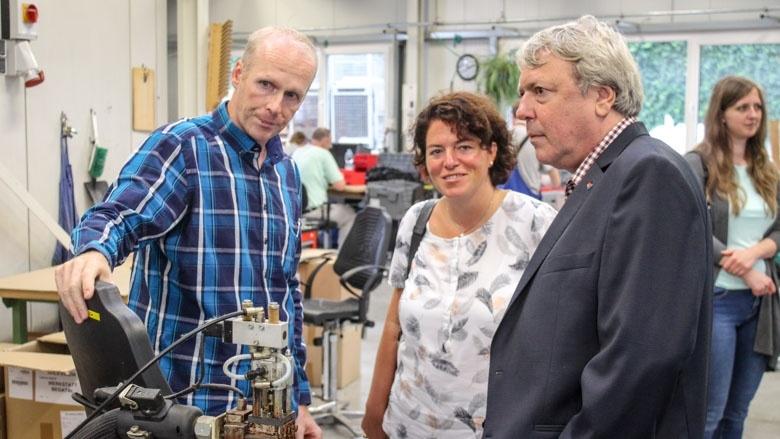 Thomas Plöger, Werkstattleiter, erklärt die Arbeitsabläufe bei der Lebenshilfe-Werkstatt.