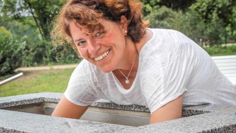 Die lippische CDU-Bundestagsabgeordnete Kerstin Vieregge testet ein Kneipp-Becken im neuen Kurpark von Bad Salzuflen.
