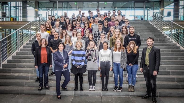13. Jahrgangsstufe der Karla-Raveh-Gesamtschule Lemgo besucht Kerstin Vieregge im Bundestag