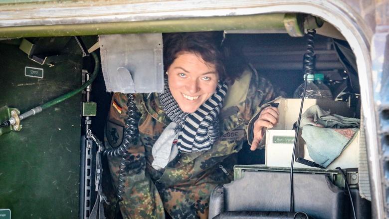 Kerstin Vieregge bei einer Übung der Bundeswehr