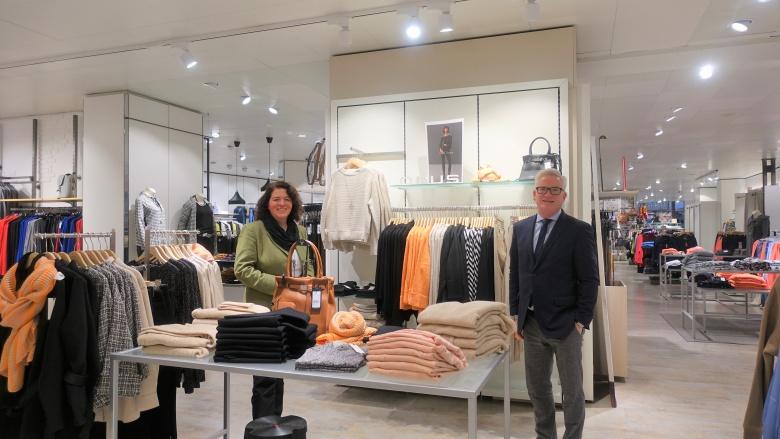 Kerstin Vieregge, hier mit Thomas Voss vom Modehaus Schlichting, spricht sich für baldige Lockerungen des Lockdowns aus.