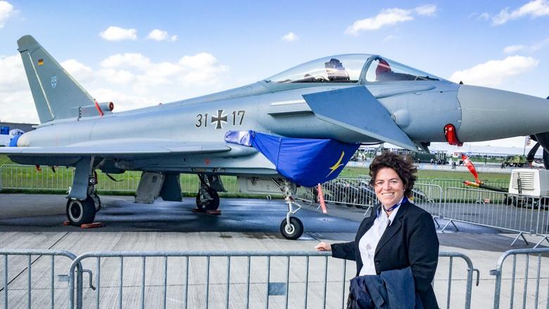 Abgeordnete Kerstin Vieregge vor einem Eurofighter