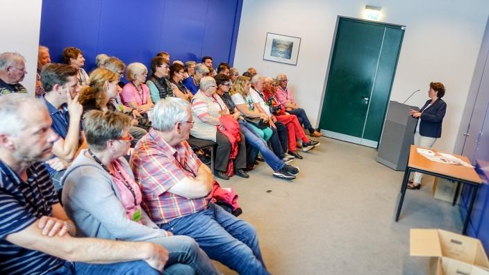 Vieregge diskutiert mit Besuchergruppe im Bundestag