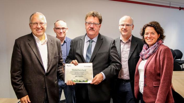 parlamentarischer-staatssekretär-fuchtel-übergibt-förderbescheid-an-borries-eckendorf-gemeinsam-mit-vieregge-mdb